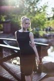 Portret dziewczyna w czerni sukni w parku Zdjęcie Royalty Free