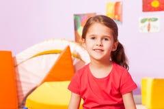 Portret dziewczyna w dziecina pokoju zdjęcie stock