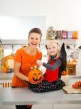 Portret dziewczyna w Halloween nietoperza kostiumu z matką Zdjęcia Royalty Free