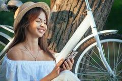 Portret dziewczyna w kapeluszu z telefonem fotografia stock