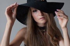 Portret dziewczyna w kapeluszu z wielkim rondem pozuje modę Obraz Stock