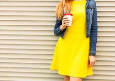 Portret Dziewczyna w lato sukni pięknej żółtej cajg kurtce i jest odpoczynkowa z kawą na letnim dniu Część ciała S Zdjęcie Stock