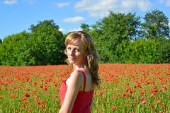 Portret dziewczyna w makowym polu Fotografia Royalty Free