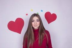 Portret dziewczyna w miłości z sercem odizolowywającym obraz stock