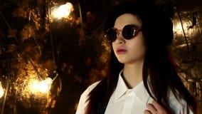 Portret dziewczyna w okularach przeciwsłonecznych, berecie i tshirt, zdjęcie wideo