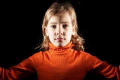 Portret dziewczyna w pomarańczowym pulowerze zdjęcia royalty free