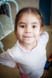Portret dziewczyna w różowej bluzce troszkę stwarza ognisko domowe Fotografia Royalty Free