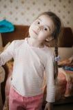 Portret dziewczyna w różowej bluzce troszkę stwarza ognisko domowe Zdjęcia Royalty Free