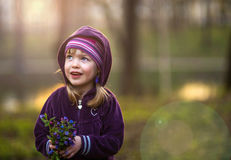 Portret dziewczyna w w wieczór lesie Obraz Stock