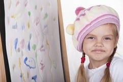 Portret dziewczyna w wizerunku artysta blisko rysuję jej obrazek, Zdjęcia Royalty Free