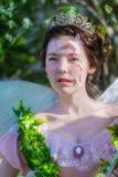 Portret dziewczyna w wizerunku czarodziejka z tiarą na jej głowie zdjęcie stock