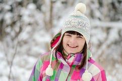 Portret dziewczyna w zima lesie Ona ono uśmiecha się Zdjęcia Stock