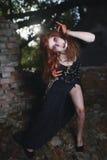 Portret dziewczyna z czerwonym włosy i krwistym twarz wampirem, morderca, psychiczny, Halloween temat, krwista kobieta Obraz Royalty Free