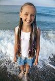 Portret dziewczyna z długimi warkoczami na ona kierownicza zdjęcia royalty free