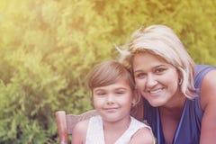 Portret dziewczyna z jej matką troszkę Fotografia Royalty Free