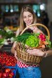 Portret dziewczyna z koszem warzywa zdjęcie stock