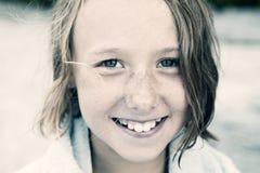 Portret dziewczyna z mokrym włosy na zewnątrz patrzeć kamerę Zdjęcie Royalty Free