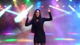 Portret dziewczyna z szampańskim tanem przy przyjęciem zbiory wideo