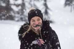 Portret dziewczyna z wąsy papieru wsparciami na śnieżnym dniu obraz stock