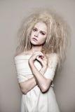 Portret dziewczyna z wysoką puszystą fryzurą w stylowych barokowych rokoko i jaskrawy makeup w delikatnym koronkowym gorseciku za Zdjęcia Royalty Free
