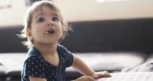Portret dziewczynka przekąsza podczas gdy bawić się zbiory