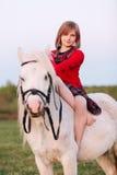 Portret dziewczynki obsiadanie na białym koniku zdjęcia stock