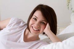 Portret dziewczyny łóżko Zdjęcie Stock