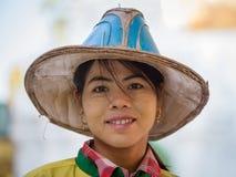 Portret dziewczyny burmese wizyta Shwedagon pagoda Yangon, Myanmar, Birma Obraz Royalty Free
