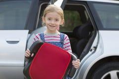 Portret dziewczyny mienia detonatoru Seat pozycja Obok samochodu obrazy stock