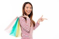 Portret dziewczyny mienia szczęśliwi azjatykci torba na zakupy Fotografia Royalty Free