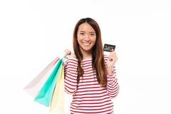 Portret dziewczyny mienia uśmiechnięci azjatykci torba na zakupy Zdjęcie Stock