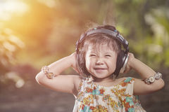 Portret dziewczyny odzieży Azjatyccy hełmofony smilling w naturze Uprawiają ogródek co Zdjęcia Stock