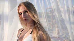 Portret dziewczyny Piękna twarz, długi blondynka włosy rozwija wiatrowej, seksownej młodej kobiety na wakacje, zdjęcie wideo