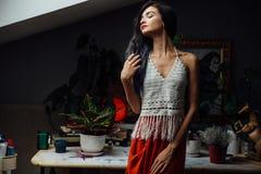 Portret dziewczyny zakończenia styl życia, jest ubranym modnego trykotowego wełna czecha styl, hipisa szyk, gypsy moda Obraz Stock