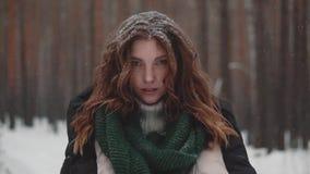Portret dziwaczna i tajemnicza miedzianowłosa dziewczyna w zima lesie zdjęcie wideo