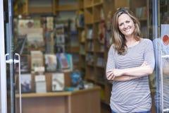 Portret Żeński księgarnia właściciela Outside sklep fotografia royalty free
