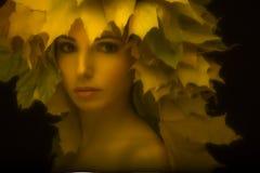 Portret een betoverend meisje in retro stijl met Royalty-vrije Stock Foto's