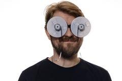 Portret een mens met de spoelen van de glazenband van film Stock Foto's