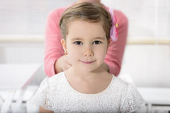 Portret ekspresyjna piękna mała dziewczynka zdjęcie royalty free