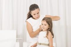 Portret ekspresyjna piękna mała dziewczynka i jej matka obraz stock