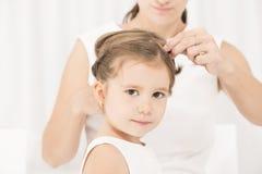 Portret ekspresyjna piękna mała dziewczynka i jej matka zdjęcie royalty free