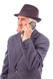 Portret ekspresyjny senior opowiada na telefonie obrazy royalty free