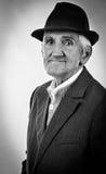 Portret ekspresyjny stary człowiek z kapeluszem fotografia royalty free