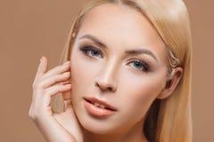 portret elegancka czuła kobieta z naturalnym makeup, obraz royalty free