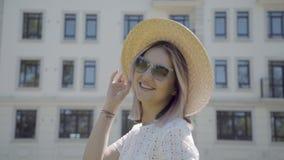 Portret elegancka i nowożytna młoda kobieta w słomianym kapeluszu zdjęcie wideo