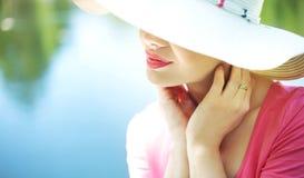 Portret elegancka kobieta na wakacje Obrazy Royalty Free