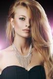 Portret elegancka kobieta z pięknym włosy i luksus biżuterią Zdjęcia Royalty Free