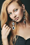 Portret elegancka kobieta z pięknym włosy i luksus biżuterią Zdjęcia Stock