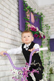 Portret elegancka młoda chłopiec na bicyklu w studiu dekoruje Zdjęcia Stock