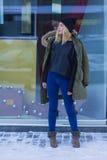 Portret elegancka młoda dziewczyna na ulicie Obraz Royalty Free